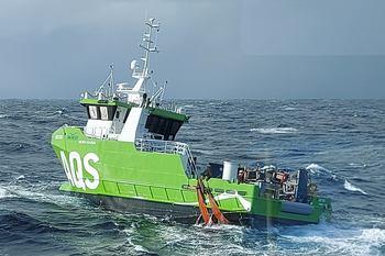 «AQS Tor» driver sørover og bergingsaksjonen må foreløpig vente til været blir bedre. Foto: Stadt Sløvåg