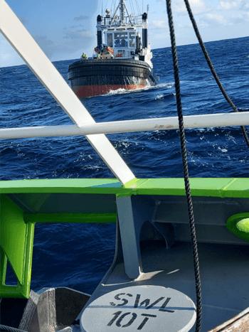 Slepebåten «Stadt Sløvåg» fikk onsdag kveld sleper om bord i «AQS Tor». Foto: Stadt Sløvåg/Stadt sjøtransport