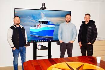 Tor Erik Lysø, hoveddesigner (Båt og Motorservice), Per-Ole Holm Marin Design) og Rune Olsen (Viteq) samarbeider om nytt fiskebåt-design. Foto: Snippen Media