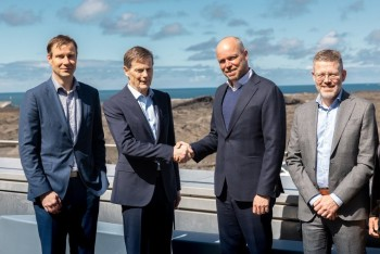 Samherji chief executive Thorsteinn Már Baldvinsson, second from left, and HS Orka chief executive Tómas Már Sigurdsson shake hands on the agreement. By their side are Samherji Fiskeldi managing director Jón Kjartan Jónsson, left, and HS Orka's strategy and Resource Park vice president Jon Asgeirsson. Click on image to enlarge. Photo: Samherji.