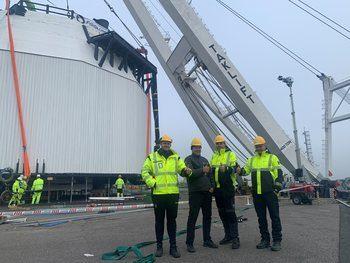 F.v Tor Magne Madsen, Arne Berge, Eivin Berge og Tor Hellestøl er glade for å ha sjøsatt globe #2. Klikk for større bilde. Foto: Fishglobe