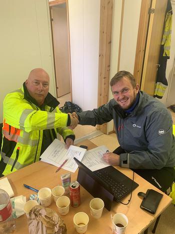 Tor Magne Madsen og Kari Karjalainen fra Uponor signerer overlevering. Klikk for større bilde.Foto: Fishglobe