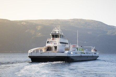 Verdens første elektriske ferge, «Ampere», vant prisen i 2014. Hun seiler fortsatt på Sognefjorden. Foto: Norled.