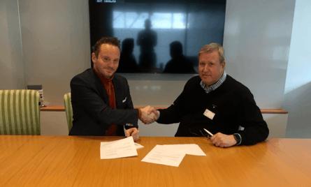 Signering med Maskinistforbundet: Geir Ove Ystmark (Sjømat Norge) og Håkon Eidset (Det norske maskinistforbund). Foto: Sjømat Norge.