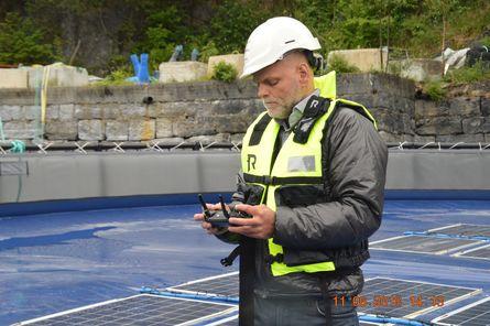 Bjørneklett bruker drone for å skaffe seg oversikt over anlegget. I et testanlegg er ikke det viktig, men i større anlegg er det avgjørende. Foto: Gustav Erik Blaalid