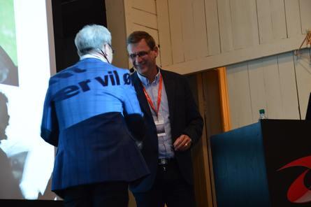 Sveier takkes av Europharmas Jim-Roger Nordly. Foto: Ole Andreas Drønen