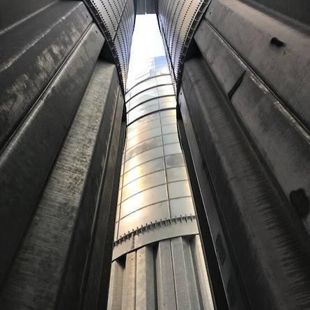 Perspektiv fra bakken på siloene på anlegget. Fabrikken vil produsere 170.000 tonn fôr per år.