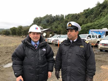 Government and Navy officials keep a close eye on the operation to raise the wellboat. Photo: Government of Chiloé