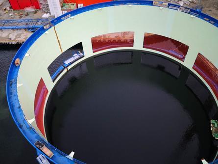 Den første «Aquatraz»-merden er nå satt ferdig sammen på Fosen Yard og sjøsatt. Verftet i Trøndelag satser innen havbruk og skal totalt bygge fire slike pilotmerder. Foto: Seafarming Systems.
