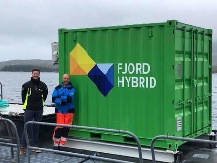 Øyvind Bakke og Geir Karstensen er fornøyd med at det no er landstraum eller batteridrift på alle lokalitetane. Foto: E. Karstensen.