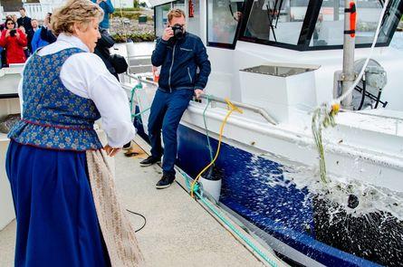 Gudmor Torill Pettersen tok knusingen av champagneflasken på alvor, og fikk inn et godt kast. Foto: Trond Hammervik.