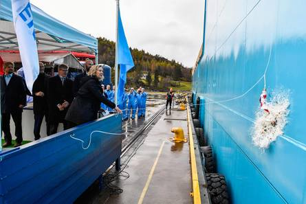 Gudmor Trine Munch Agerskov gjorde jobben sin da skipet ble døpt ved en enkel seremoni Foto: Olav Thokle/Fotomaritim