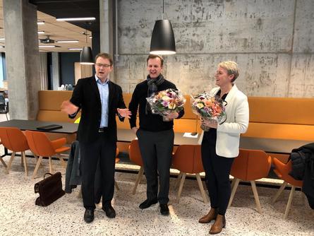 Cargill på plass i nye lokaler på Marineholmen, her har Fredrik Witte, administrerende direktør i Cargill Aqua Nutrition Nordsjøen fått blomster. Foto: Marineholmen.
