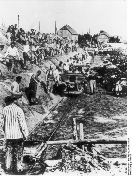 Fangene i Sachsenhausen måtte arbeide i kalksteinsbruddet. Historisk foto. Fotograf ukjent.