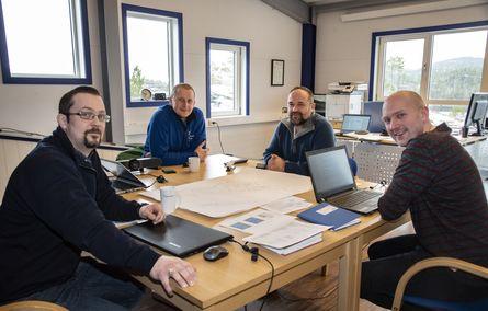 Aleksander Lundseng (til venstre) har med seg erfarne folk fra Bindalssmolt: Videre mot høyre driftstekniker Bent Brevik, teknisk leder Geir Magne Vollan og daglig leder Elling Bøkestad. SinkabergHansen - Tom Lysø.