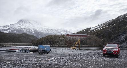 Innen 1. juni skal arbeidet med 90 mål industriareal være avsluttet. Fra området er det direkte sikt både mot Bindalssmolt, som vil viderføre sin produksjon, og landemerket Heilhornet (1.058 moh). Foto: SinkabergHansen - Tom Lysø.