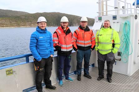 Fv. Ørjan Olsen (NAVY Rørvik), Kristoffer Rauø og Ronny Emilsen (Emilsen Fisk), Odd Arne Kongensøy (Moen Marin) under overleveringen av det nye fartøyet. Foto: Moen Marin.