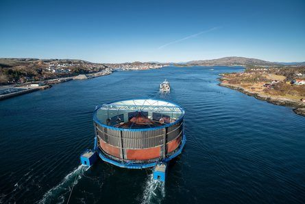 Det spennende utviklingskonseptet «Aquatraz 2» på slep gjennom Nærøysundet. Foto: Steinar Johansen.