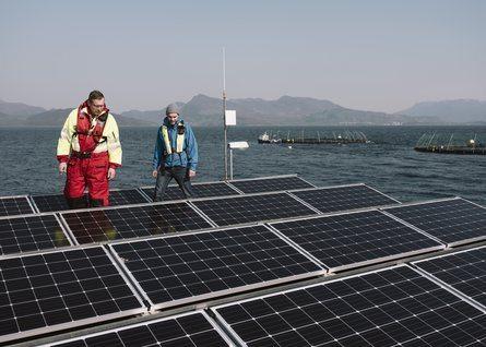 Sea production manager Kjetil Ørnes, left, and Helleik Syse on the feed barge. Photo: Tommy Ellingsen.