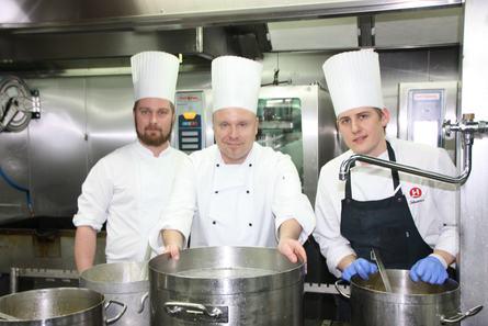 Et dyktig team av kokker om bord sørger for fortreffelige måltider. Foto: Sigbjørn Larsen.