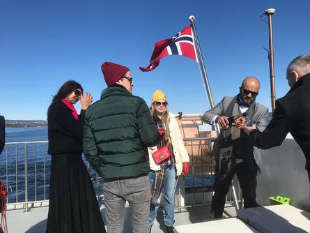 Et bursdagskalas er allerede i god stemning om bord. Foto: Sigbjørn Larsen.