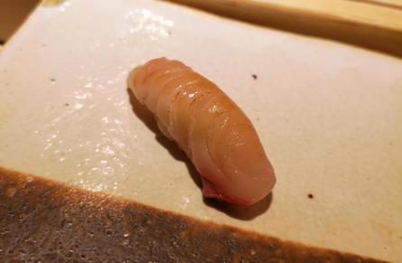 I motsetning til i Norge, finner man ikke jordbær, agurk, majones, eller lignende på fisken. Det ser enkelt ut, men i hver bit er det en eksplosjon av smaker. Foto: Ole A. Drønen