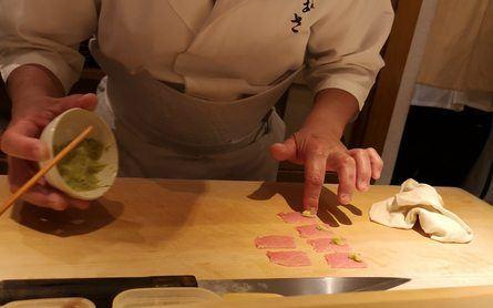 Wasabien ble laget på stedet, og var utrolig velsmakende. Chefen gir beskjed underveis hvilke biter du ska ta wasabi på. Foto: Ole A. Drønen