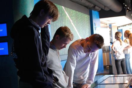 Skoleelevene går gjennom visningssenteret sine installasjoner i små grupper. Foto: Harrieth Lundberg.