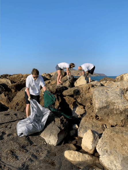 Deltakerne synes det var en god ide å samle plast på Kreta. Mowi, Lerøy, Grieg Seafood og Bremnes Seashore var blant de som bidro. Foto: AquaGen.