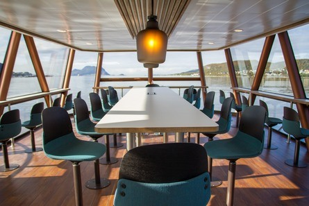 Passasjerene får panoramautsikt fra salongen. Foto: Maritime Partner