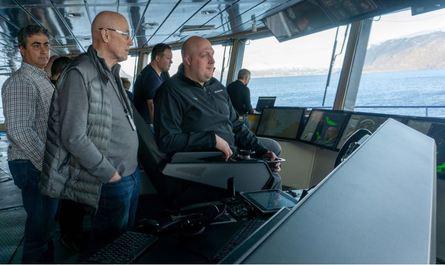 To av kapteinene til Lindblad Expeditions tester ut skipet. Foto: Ulstein