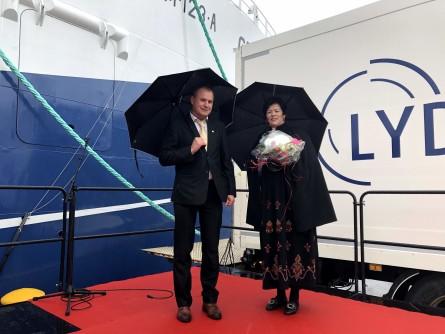Verftsdirektør Gunnar Arnold Nordbø og Gudmor Ellen Holmeset under dåpen. Foto: Håvard Røsvik/Vaagland Båtbyggeri