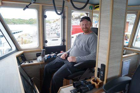Rederen har tatt plass i sin skreddersydde båt. Foto: Snippen Media