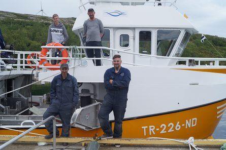 Om bord fra venstre: Fremtidig lærling om bord i «Ravinda», Jarle Martin Hansen og Remi Hatland. Foran: Morten Johansen og Mikael B. Bærøy fra Båt og Motorservice. Foto: Snippen Media