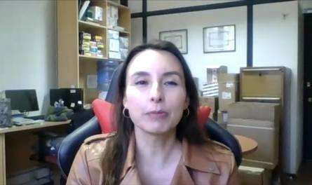 La Dra. Lisette Lapierre es médico veterinario y Doctora en Ciencias Veterinarias de la Universidad de Chile, profesora asistente de la Facultad de Ciencias Veterinarias y Pecuarias de la Universidad de Chile, en el área de salud pública.