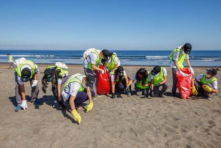 Actividad de limpieza de playas y mar realizada en torno al plan de Relacionamiento Comunitario 2019. Imagen: Cargill Chile.
