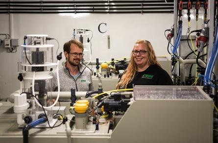 Technology Application Manager Terje Utne og Trial Application Supervisor Jannicke Vigen på Cargills nye RAS-lab. Foto: Benedicte Hide