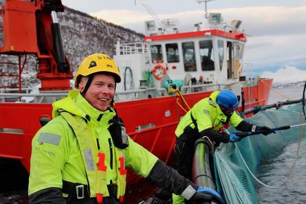 Tor Are Furre (31) og Sindre Brekke Eliassen (23) har bestått fagprøven, og begge har nå fagbrev i akvakultur. De er i dag ansatt som røktere. Foto: Wenberg Fiskeoppdrett AS.