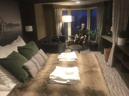 Fem av Hurtigrutens skip er kraftig oppgradert, forteller hotellsjef Aleksander Kibsgaard. Det betyr blant annet flere rom med dobbeltseng. Foto: Sigbjørn Larsen