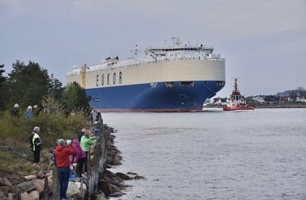 Fredag morgen kom et av verdens største bilskip inn Svelvikstrømmen. Foto: Røyken og Hurums Avis