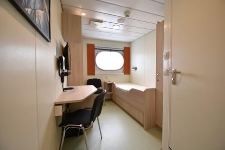 Alle om bord har egen lugar med bad. Foto: Rovde Møbel & Design