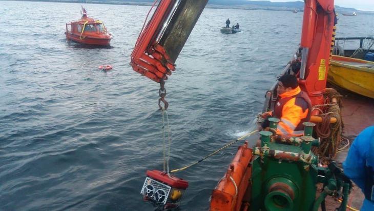 Encuentran barcaza salmonicultora hundida en seno Skyring