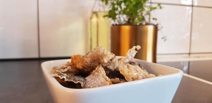 Estudiantes crean snack saludable con piel de salmón