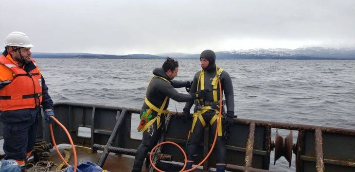 Inician reflotamiento de barcaza samonicultora hundida en Seno Skyring