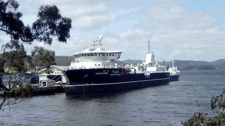 Wellboat más grande del mundo anota récord en tratamiento para salmones