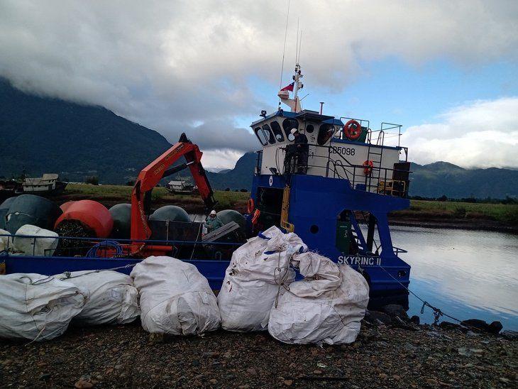 Proveedores acuícolas se unen para acelerar limpieza del borde costero en Aysén