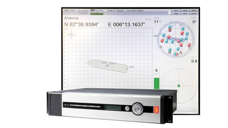 Eksempel på avansert GNSS mottager fra Kongsberg Seatex som benytter både GPS og Glonass. Denne mottageren er programmert til å koble ut bruk av Glonass i en time, omkring det tidspunktet da Glonass systemet justeres med ett sekund den 1. juli 2015, klokken 00:00:00 (UTC). På displayet bak kan man se eksempel hvor mottageren bruker 11 GPS satellitter, men har utkoblet de 8 synlige Glonass satellittene.
