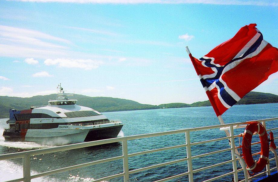 Et historisk motiv: Norsk flagg i hekken på
