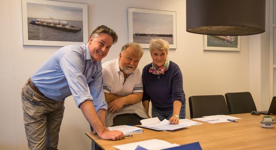 Damens salgsdirektør  Norge, Remko Hottentot, sammen med Torgeir Vareberg og Lisa Chaparian i Skyssbåtservice ved kontraktsignering. Foto: Damen