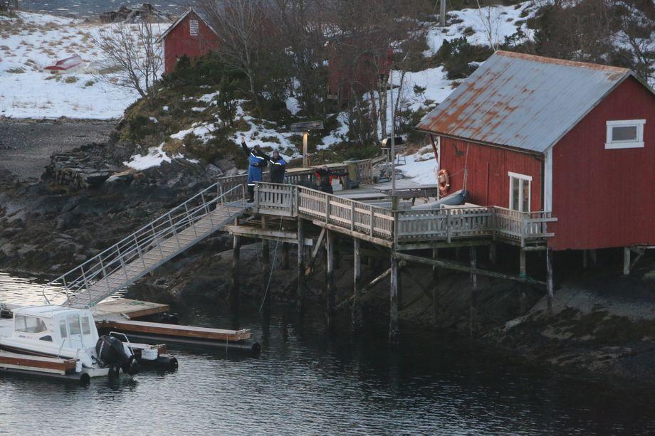 Beboere langs kysten vinker til skipene som farer forbi. Foto: Vibeke Blich